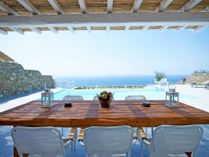 While dining by the swimming pool of the Mykonos Ammos Villa, enjoy the amazing view of the sea.