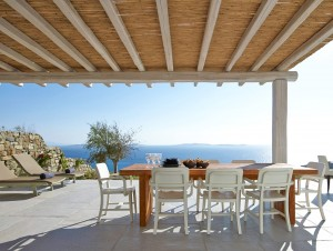 Pergola and table with chairs. An ideal location for relaxing when visiting the Mykonos Ammos Villa.