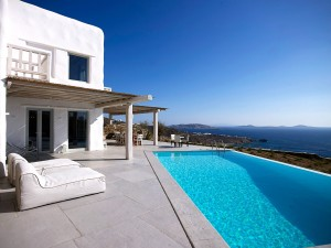 Mykonos Ammos Villa offers a large private swimming pool with a clear view of the surrounding sea.